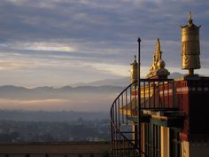 Uitzicht op de dageraad die opkomt over de Kathmandu vallei. Op het dak van het Kopan monastry, Kathmandu. Privé archief