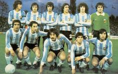 1980 Argentina  Arriba: Passarella, Bertoni, Olguin, Villaverde, Tarantini y Fillol  Abajo: Gallego, Ardiles, Luque, Maradona y Ortiz Old Boys, Argentina Football Team, Argentina National Team, Retro Football, Squad, Family Guy, Baseball Cards, Stars, History