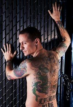 Chester Bennington from Linkin Park holy hell one sexy man Chester Bennington Tattoo, Charles Bennington, Love Band, Cool Bands, Beautiful Soul, Gorgeous Men, Beautiful Tattoos, Joe Hahn, Rob Bourdon