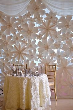 DIY wedding paper flowers as an alternative to fresh flowers Paper Flower Wall, Paper Flower Backdrop, Giant Paper Flowers, Diy Flowers, Paper Flowers Wedding, Wedding Paper, Paper Decorations, Wedding Decorations, Wedding Ideas