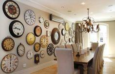 invasion d'horloges anciennes dans la salle à manger épurée