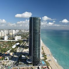 The Porsche Design Tower Miami is a masterpiece of architecture and engineering: ✓ functional design ✓ technical innovations ➙ Discover now! Tower Design, Property Development, Porsche Design, Luxury Living, Life Goals, Skyscraper, This Is Us, Miami, Ocean
