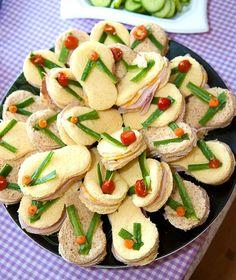 Flip Flop Sandwiches: for the annual luau lake party (luau food) Entree Festive, Hawaiian Luau Party, Hawaii Party Food, Beach Theme Food, Luau Food, Tropical Party, Party Sandwiches, Finger Sandwiches, Beach Meals