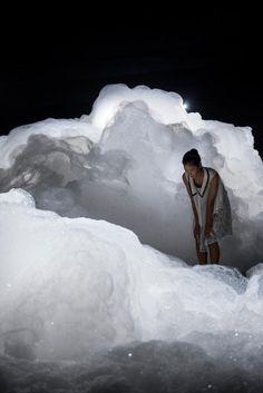 Une installation vaporeuse et atmosphérique de l'artiste japonaise Kohei Nawa, qui invite les visiteurs à déambuler dans un labyrinthe surréaliste de nuages