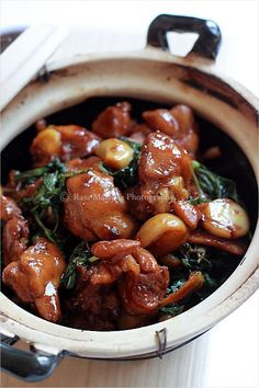 Easy and authentic three cup chicken (san bei ji) recipe that anyone can make at home. This three cup chicken recipe tastes homey and takes 20 mins to make. Easy Delicious Recipes, Easy Chicken Recipes, Turkey Recipes, Asian Recipes, Asian Foods, Healthy Recipes, Tandori Chicken, Garlic Chicken, Soy Sauce Chicken
