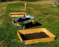 Leg eerst karton over het gras/ Zo heeft onkruid geen kans om te groeien. Vul de moestuinbak met vruchtbare aarde of compost. Daaroverheen kan je een laag houtsnippers doen. Dit is goed voor vasthouden van vocht en tegen slakken en onkruid.