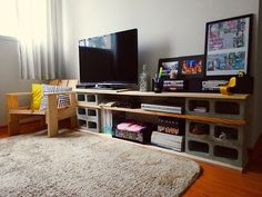Já havia um tempo eu estava colecionando idéias sobre como fazer um rack para a sala com bloco de concreto, porém como no apartamento antigo já existia um