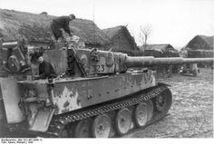 Bundesarchiv_Bild_101I-457-0056-12_Russland-Mitte_Panzer_VI_Tiger_I_in_Ortschaft.jpg