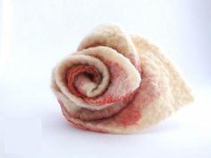 Prendedor de fieltro. La flor está hecha a mano con la la técnica de fieltro nuno (amasado de pura lana y gasa).