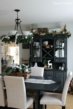 Beautiful Christmas dining room with lots of decor ideas for your home! //cleanandscentsible.com