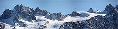 Massif du Mont Blanc Alpes > Haute-Savoie  Avec le massif du Mont-Blanc, la Haute-Savoie rassemble les plus hauts sommets des Alpes. Elle compte nombre de superbes chalets et de stations qui ont su rester des villages. Et bien sûr, vous pourrez goûter l'abondance ou le reblochon...