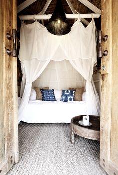 Binnenkijken | Villa in bohemian stijl. Deze schitterende villa is een vakantie woning gelegen aan de 'Goldcoast' in Byron Bay (Australië). Dit zogeheten 'Haveli House' is ingericht in bohémien stijl met daarbij Indiaanse en Indonesische invloeden. Het lichte kleurenpallet in combinatie met denatuurlijke materialen als verweerd hout, textiel als linnen en kokos bepalen voor een groot deel de zomerse en ontspannen sfeer die dit interieur uitstraalt. Het lijkt mij echt een hele fijn plek om…