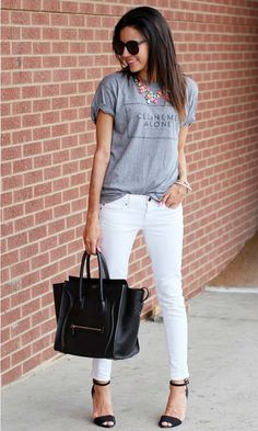 White jeans are stylish fashion piece that can look great for many occasions if you create the right outfit combination with them. How To Wear White Jeans, Look Fashion, Fashion Outfits, Womens Fashion, White Pants Outfit, Look Chic, Mode Style, Celine, Jean Outfits