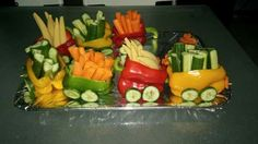 A vegetable tray ➡️ train. Cute Food, Good Food, Yummy Food, Christmas Veggie Tray, Relish Trays, Crudite, Healthy Snacks, Healthy Recipes, Healthy Kids