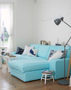 Hester hat den Bezug für ihr Sofa in leuchtendem Hellblau gefärbt. Das unterstreicht wunderbar die maritime Note der Einrichtung.