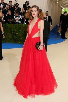 Met gala 2017 Rose Byrne con un vestido rojo de Ralph Lauren Collection.