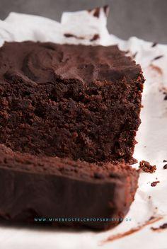 Den ser syndig ud, men kan spises med god samvittighed – chokoladekagen her er både sund, sukkerfri og glutenfri – og så ligger den så tungt i maven, at man ærgrer sig over ét stykke er nok :) Chokola