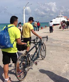 Marcos Velázquez, triatleta invidente rumbo a Cozumel con su amigo y guía Jn Carlos.