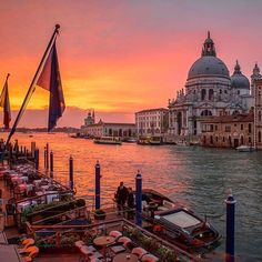 Yellow and pink skies in Venice  (: @kurtarrigo)