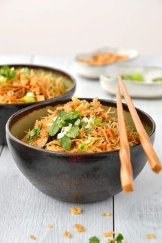 Simple comme des vermicelles de riz sautés au poulet This little recipe that didn't look like much at the start, Rice Noodle Recipes, Asian Noodle Recipes, Healthy Asian Recipes, Healthy Breakfast Recipes, Vegetarian Recipes, Clean Eating, Eating Healthy, Healthy Food, Salads