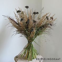 Bouquet made with dried flowers and grasses Cut Flowers, Dried Flowers, Flower Farm, Grasses, Beautiful Paintings, Lovely Things, Plant Hanger, Floral Arrangements, Bouquets