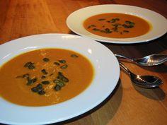 A savory autumn treat: A healthy pumpkin soup recipe Slow Cooker Pumpkin Soup, Roast Pumpkin Soup, Real Food Recipes, Great Recipes, Soup Recipes, Healthy Pumpkin, Healthy Soup, Low Fat Diets, Squash Soup