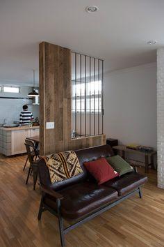 キッチンとリビングをゆるやかに分けるスリットの入ったパーテーション。 Diy Interior, Interior Design, Japanese Style House, Partition Design, Kitchen Design, House Plans, Sweet Home, Couch, Living Room