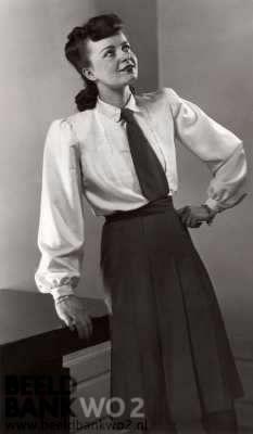 Tweede Wereldoorlog. Nederland. Jeugdige voorjaars kleding. Onder de witte blouse (met stropdas) van Honannzijde wordt een marineblauwe plooirok gedragen. Berlijn, datum onbekend/ca. 1942