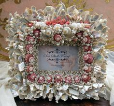 link broken but gorgeous arrangement and colors Seashell Frame, Seashell Art, Seashell Crafts, Beach Crafts, Seaside Decor, Coastal Decor, Seashell Projects, Driftwood Projects, Shell Decorations