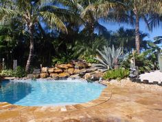 Gold Travertine Pool Deck with French Pattern Amazing Swimming Pools, Cool Pools, Florida Pool, Nice Rooms, French Pattern, Tropical Backyard, Pool Waterfall, Pool Decks, Yard Design