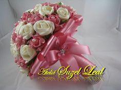 Lindo Buquê produzido com rosas super delicadas de e.v.a. em Rosa e Branco, pétalas fininhas como uma pétala de rosa natural, aparência e textura super próximas às rosas naturais! <br> <br>Detalhes do Buquê: <br>*Aproximadamente 72 rosas; <br>* Fitas de cetim envolvendo a haste; <br>* Laço duplo de cetim Rosa, super delicado. <br>* Strass no cabo. <br>* Meia - Pérola em todas as Flores. <br>* Borboletas na parte de trás do cabo. <br>* Flor de Strass no laço. <br> <br>Para outras cores…