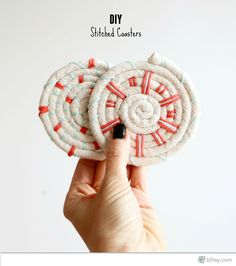 Create these fresh coasters with some piping cord, yarn, and felt! So easy!