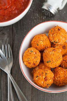 Prepariamo delle semplici e gustose polpette vegetariane di fagioli cannellini e peperoni, il finger food perfetto per un'aperitivo sano
