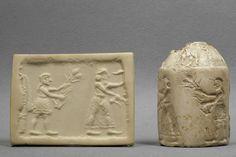 """Sceau-cylindre Le """"roi-prêtre"""" et son acolyte nourrissant le troupeau sacré Époque d'Uruk, vers 3200 avant J.-C. Calcaire blanc Conservation: MdL"""
