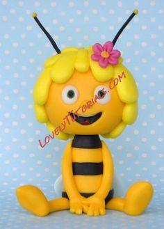 Maya the Bee tutorial Fondant Giraffe, Fondant Bee, Fondant Animals, Fondant Cakes, Cupcake Cakes, Chocolate Diy, Modeling Chocolate, Cake Topper Tutorial, Fondant Tutorial