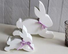 Frohe Ostern!    Freundlicher springender Osterhase (groß) aus Holz in weiß.  Er ist 17 cm hoch, 19 cm breit und 4 cm tief!  Um den Hals trägt er e...