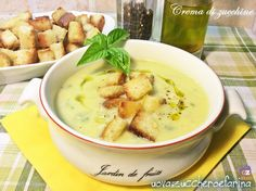 La crema di zucchine è un'ottima idea per un primo piatto serale; è ottima accompagnata da dadini di pane tostato e un filo di ottimo olio d'oliva. Veg Recipes, Cooking Recipes, Healthy Recipes, Pane Tostato, Beef Tagine, Confort Food, Vegetable Soup Healthy, Italian Soup, Sicilian Recipes