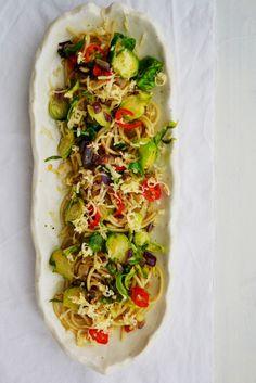 PITTIGE PASTA MET ROERBAKSPRUITJES ● Met deze pittige pasta ga je spruitjes op een geheel nieuwe manier ontdekken!  Je hebt 'm in 10 min op tafel...  Recept:  http://hallosunny.blogspot.nl/2015/10/pasta-met-spruitjes.html