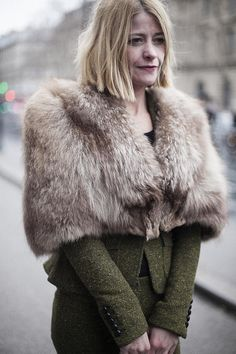 Fotos de street style en Paris Fashion Week: estola de piel