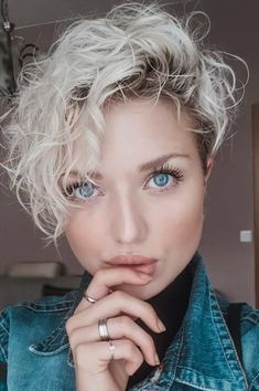 So chic curly pixie haircut 2019 Girls Pixie Haircut, Curly Pixie Haircuts, Pixie Haircut Styles, Curly Hair Cuts, Short Hair Cuts, Curly Hair Styles, Undercut Pixie, Pixie For Curly Hair, Pixie Haircut Color