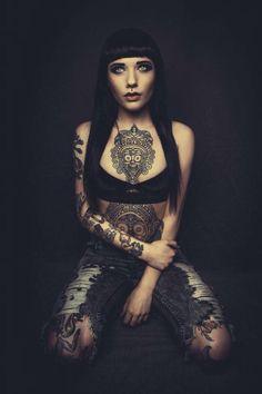 Nostril y tatuajes. Belleza en lienzo femenino.