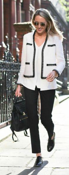 produção para o trabalho clássica com toque moderno por conta do oxford de verniz e mochila. Calça preta e casaco de tweed preto e branco deixam o look sofisticado!