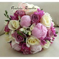 Buchet cu bujori, trandafiri si frezii Wedding Bouquets, Rose, Flowers, Plants, Mai, Weddings, Bridal Bouquets, Bodas, Roses