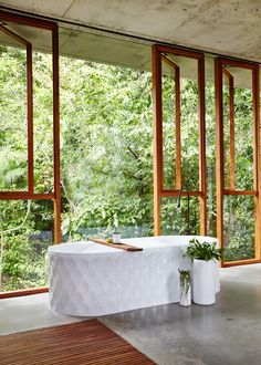 I just saw this house by and for Jesse Bennett and Anne-Marie Campagnolo on The Design Files. He's a builder, she's an interior design and this house is perfect Bad Inspiration, Bathroom Inspiration, Bathroom Ideas, Decoracion Vintage Chic, Interior Design Awards, The Design Files, Tropical Houses, Tropical Forest, Tropical Paradise