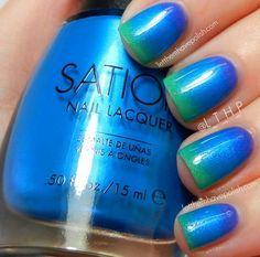 Ahhh... my two favorite colors meet at the tip of my fingers! Got to get this look A+Northern+Lights+inspired+Gradient