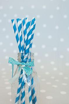 Decoración de fiestas. Botellitas de cristal. Cintas de tela imprescindibles. Pajitas de papel rayas azules.