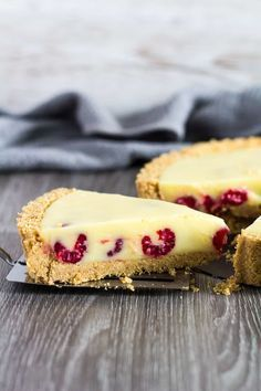 White Chocolate Raspberry Tart - A deliciously rich and creamy no-bake white chocolate tart recipe that is stuffed full of fresh raspberries, and has a sweet digestive biscuit crust! Chocolate And Raspberry Tart, Raspberry Tarts, Raspberry Recipes, Lemon Tarts, Dessert Cake Recipes, No Bake Desserts, Vegetarian Chocolate, Chocolate Recipes, Chocolate Tarts