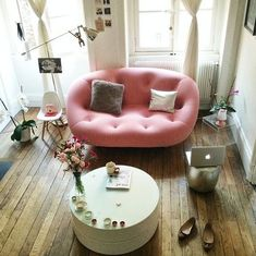 Un canapé rose bonbon. Love the pink sofa! Style At Home, Rosa Couch, Room Inspiration, Interior Inspiration, Pink Couch, Ligne Roset, Deco Design, Pink Design, Home And Deco