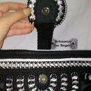 Schöne handgewebte Tasche häkeln (ganchilo) mit Nylon Das Ohr # 18 in schwarz und weißen Ringen von Soda. Doppel-Futter, Reißverschluss und Gürtelschlaufe mit Magnet in der Mitte mit weißen Rose...