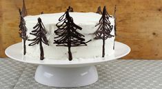 Svetoznáma Schwarzwaldská torta plná višní, kakaa a krému - fotonávod na tortu, aj s tipom na výrobu originálnych čokoládových stromčekov na tortu.